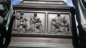 Laienkelch und Priesterehe (Lutherdenkmal von 1868 in Worms)